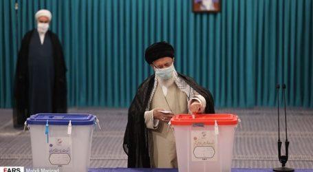 خامنئي عقب الإدلاء بصوته: الشعب الايراني سيرى خيرا من هذه الانتخابات